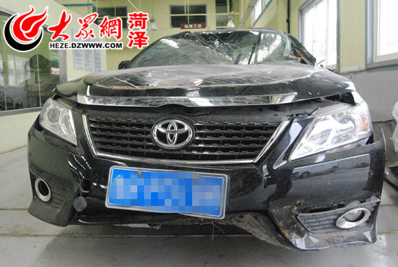 汽车前方底部的水箱托架碰撞石撞后凹陷-菏泽 丰田凯美瑞严重撞击只高清图片