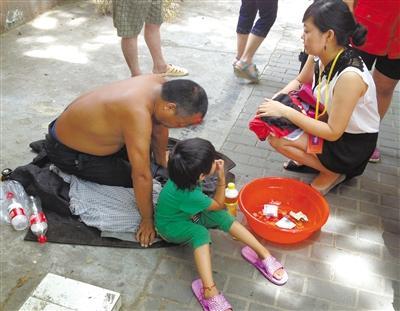 ...小孩跟我们去救助站吧那儿有水有吃的也不用在这儿晒太阳....