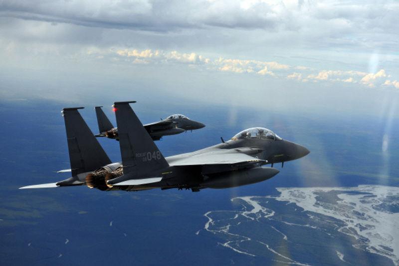 韩国空军f-15k战机编队的6架战斗机已飞抵美国阿拉斯加州费尔班克斯的图片
