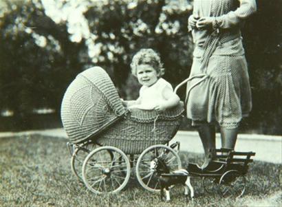 英女王部分童年照片首次曝光 4岁第一次骑马图片