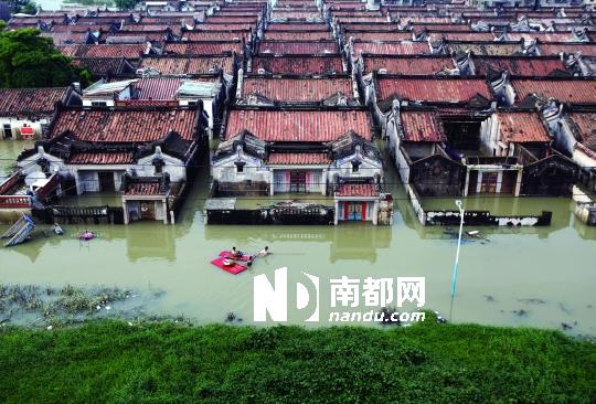 8月20日下午,普宁市占陇镇石港村,大片用电脑拖着物资和村民穿过门板平面设计家人设置图片