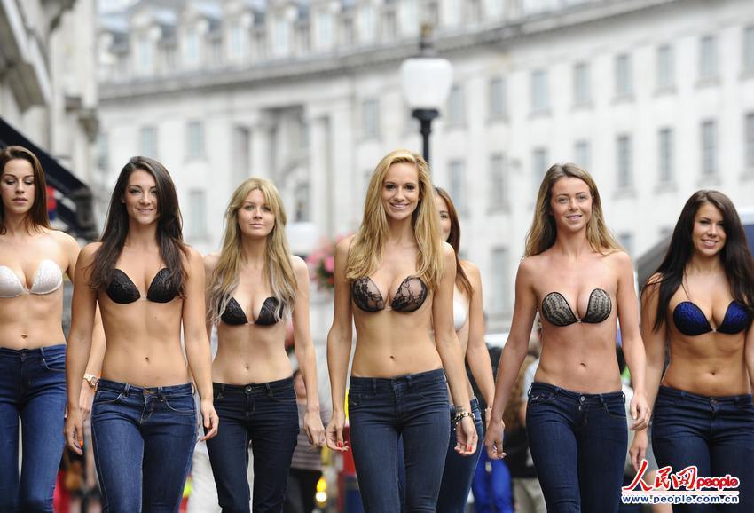 组图:多名美女上身仅佩戴隐形文胸走上伦敦街头