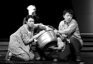 孟京辉话剧《活着》在戏剧展上上演,图为袁泉和黄渤的演出剧照。