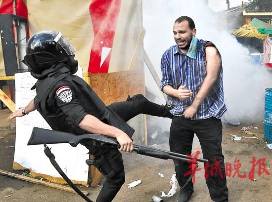 埃及军方的清场行动引发冲突,图为军警飞踹支持穆尔西的示威者