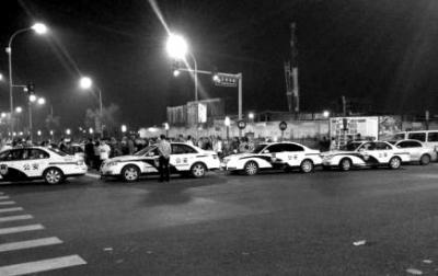 北京数十跑车深夜聚集鸟巢附近被扣 警车堵死路口(图)