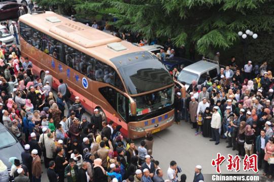 甘肃/图为穆斯林朝觐团乘坐大巴前往兰州中川机场。南如卓玛摄