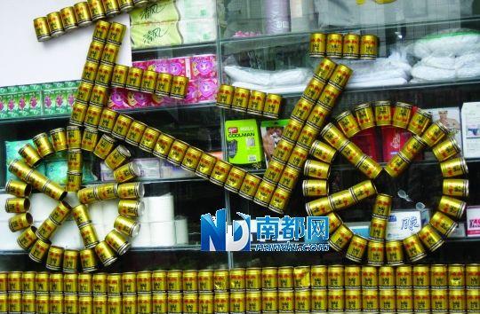 形象促销; 一超市的玻璃窗外用饮料罐组成一辆; 形象促销_资讯频道图片
