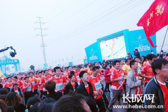 2013衡水湖国际马拉松赛在衡水湖畔成功举办。扈炜 摄