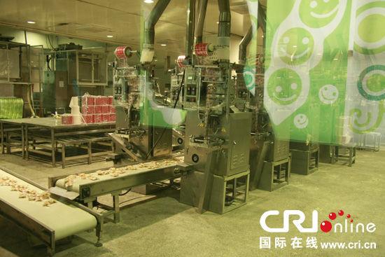 """维维集团徐州第三生产基地办公室主任邓方明介绍说:""""我们从原材料的"""