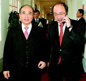 """""""立法院""""朝野对立攻防不断,许多重大法案及议案,都要靠院长王金平(左)、民进党团总召柯建铭(右)居中协商,才能顺利过关,两人合作默契佳,也充分发挥主导议事功能。图片来源:台湾《联合报》"""