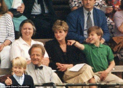 韦伯(左)与戴安娜王妃以及威廉王子在哈里王子的学校运动会上,