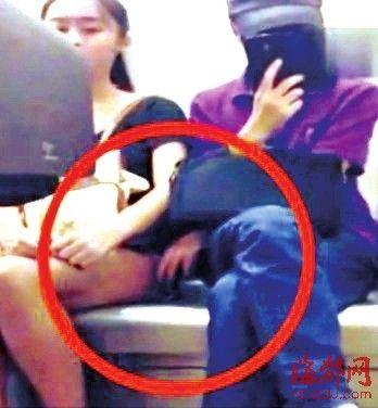成都地铁上有一美女遭猥琐男咸猪手触碰大腿
