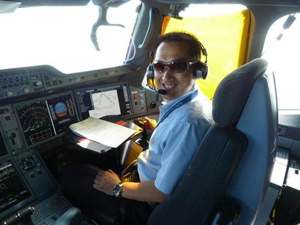 赵维波在a350xwb宽体飞机驾驶舱中