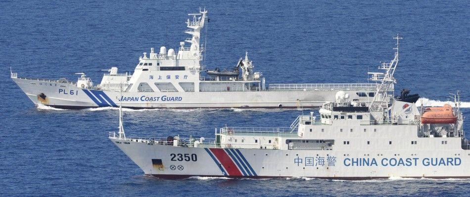 日本海上保安厅的4艘巡逻船则在数百米开外与之并列航行,展开一对一较量。