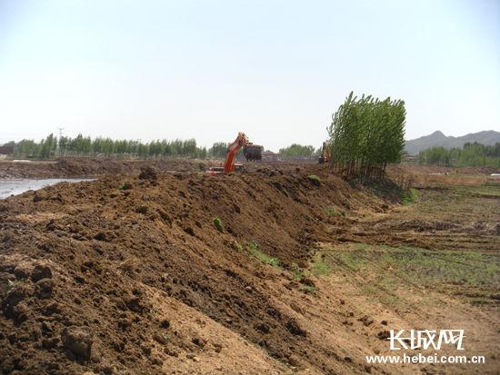 秦皇岛市抚宁县下官营村初步加固后的饮马河护坝.贡雪原 摄