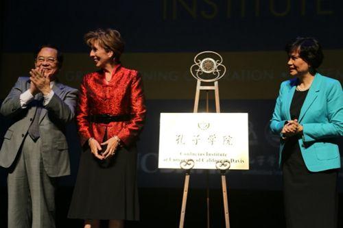 中国驻旧金山总领馆总领事袁南生(左一)、中国国家汉办主任徐琳(右二)以及加州大学戴维斯分校校长琳达-卡塔希(左二)为孔子学院的成立揭牌。