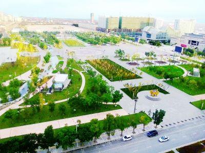 庆阳市西峰城区广场与周围的树木交织出一幅美丽的画面