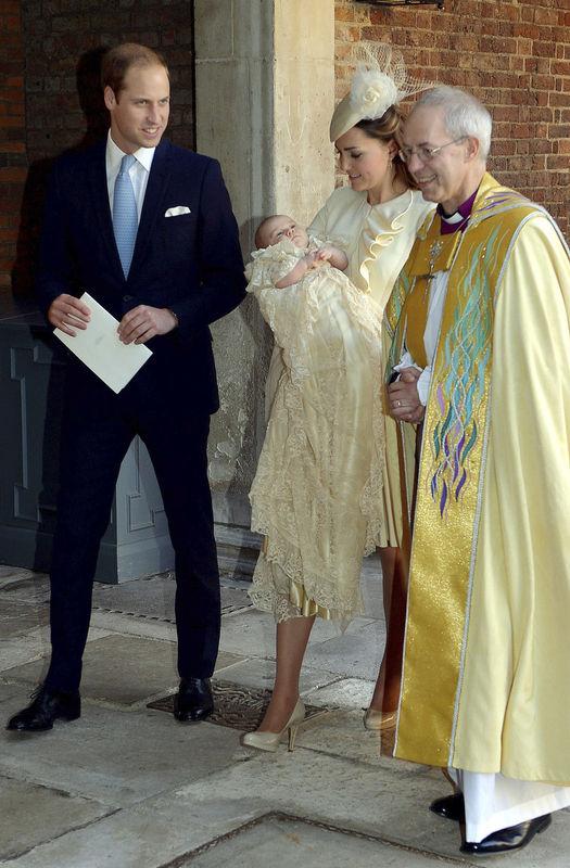 威廉凯特夫妇携乔治小王子参加受洗仪式