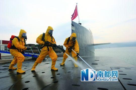 基地官兵进行核沾染洗消训练。 新华社发