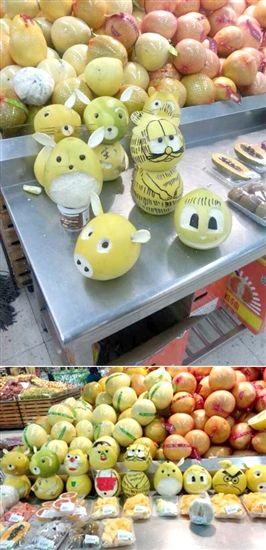 让大家颇为震惊的是,这些用水果做成的小动物都是出自于超市阿姨的手