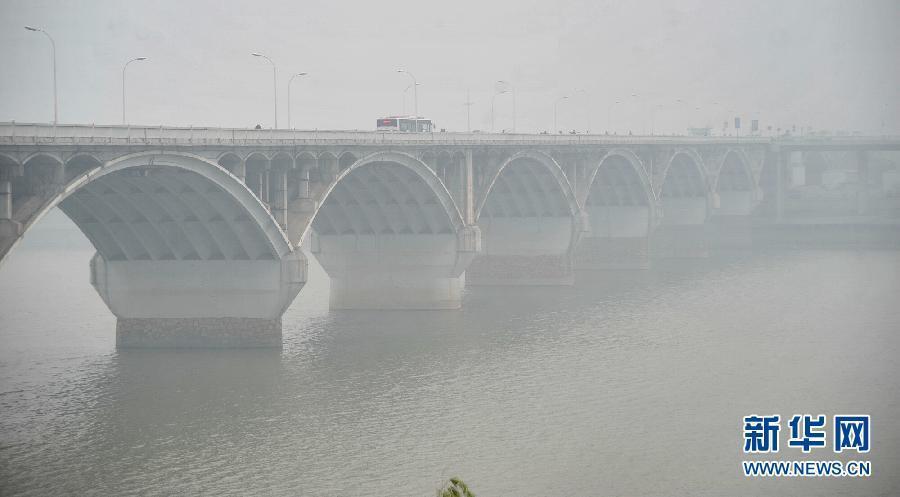 雾霾笼罩的长沙橘洲桥