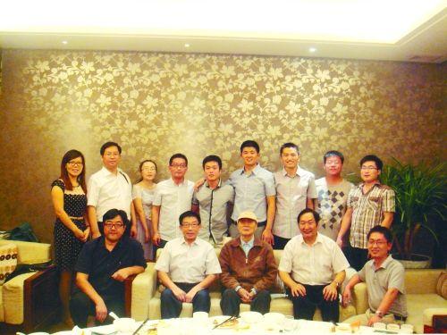 郑州升达经贸管理学院的创办人王广亚博士(前排中)和优秀校友合影