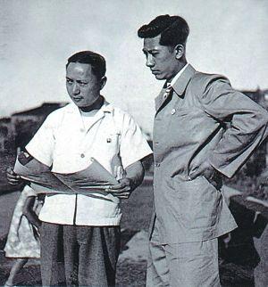 1945年,哈定(左)和老师张充仁在上海。