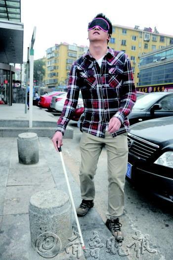 """14日,本报记者""""变身""""盲人,亲身体验了盲人走路,乘坐公交等生活细节."""