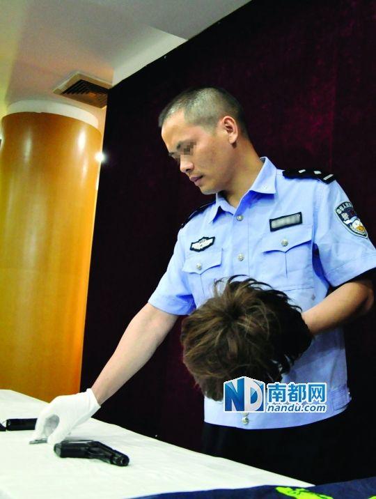 警方缴获的仿真手枪,小型折叠刀和假发.