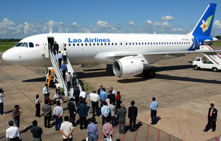 这是乘客在老挝万象国际机场登上老挝航空公司飞机的资料照片(2003年7月16日摄)。新华社/法新 10月16日,老挝航空公司方面对新华社记者说,该公司一架航班客机当天下午从首都万象飞往南部巴色市途中坠入湄公河。记者从一位不愿具名的当地航空服务从业者处获悉,出事飞机载有40多名乘客,航班号为QV301,执飞机型为ATR-42型支线客机。飞机于当地时间14时50分从万象起飞,16时左右在即将抵达巴色机场时坠入湄公河。