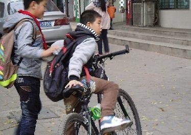 小学生正准备骑自行车回家