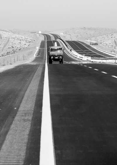 图为一辆施工车在高速公路上行驶. 赵 戈摄