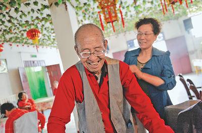 金重庆为老人穿衣服