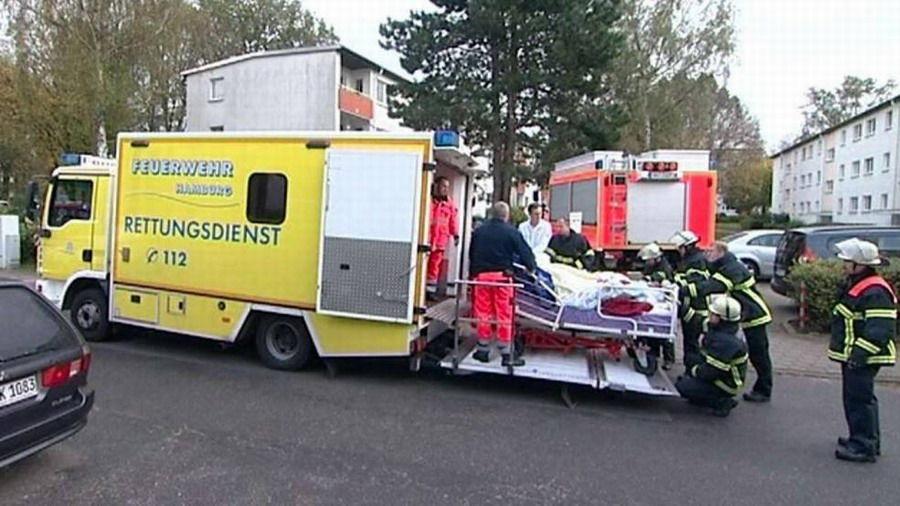 该女子被抬上救护车送往医院