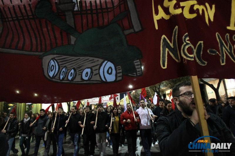 当地时间2013年11月17日,希腊雅典,17日是学生起义40周年,市民上街游行举行纪念活动,同时表达对于现任政府的不满。(图片来源:东方IC)