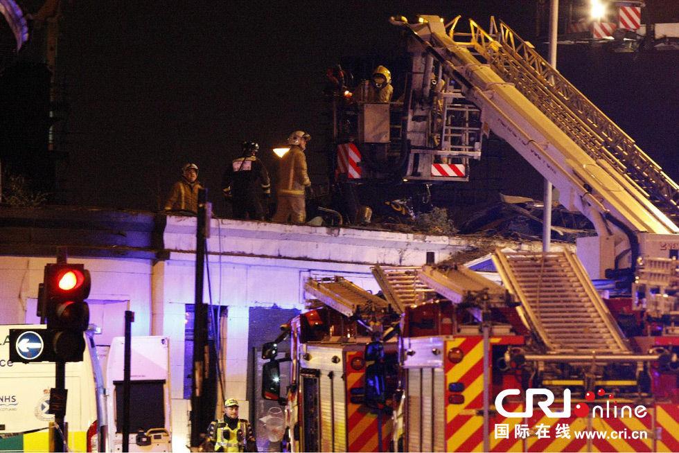 英国警用直升机坠落苏格兰酒吧屋顶致多人受伤(高清组图)