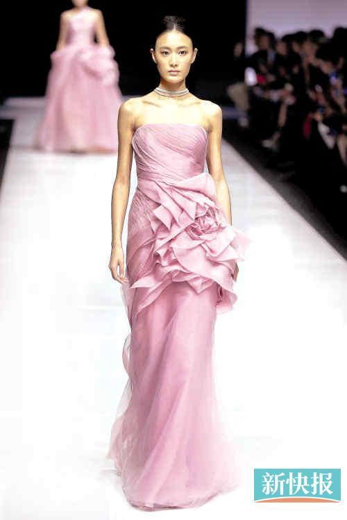 粉色手绘婚纱背影