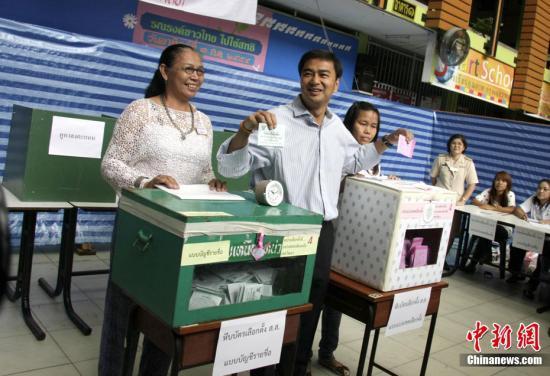 资料图:泰国前总理阿披实参加投票。中新社发周兆军摄