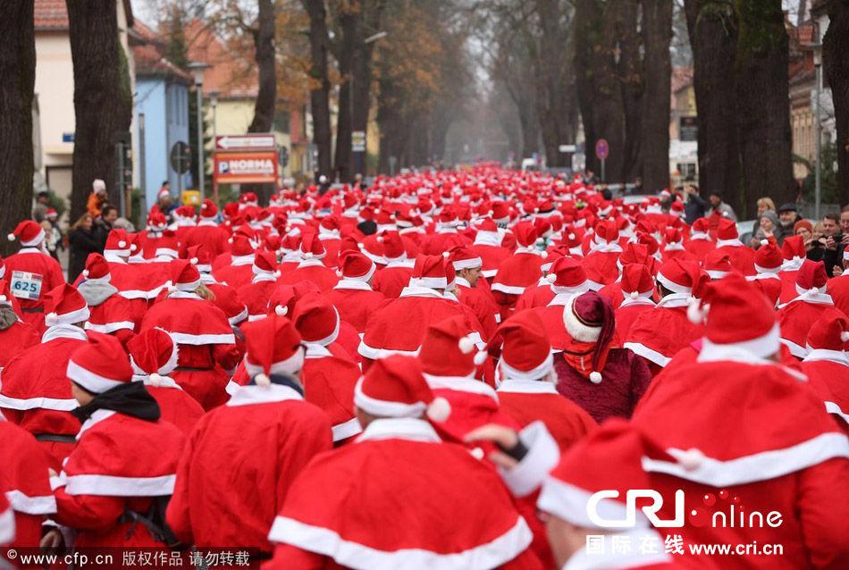 参加当地圣诞老人跑步活动,超过900人参加,儿童和成人是分开比赛的.