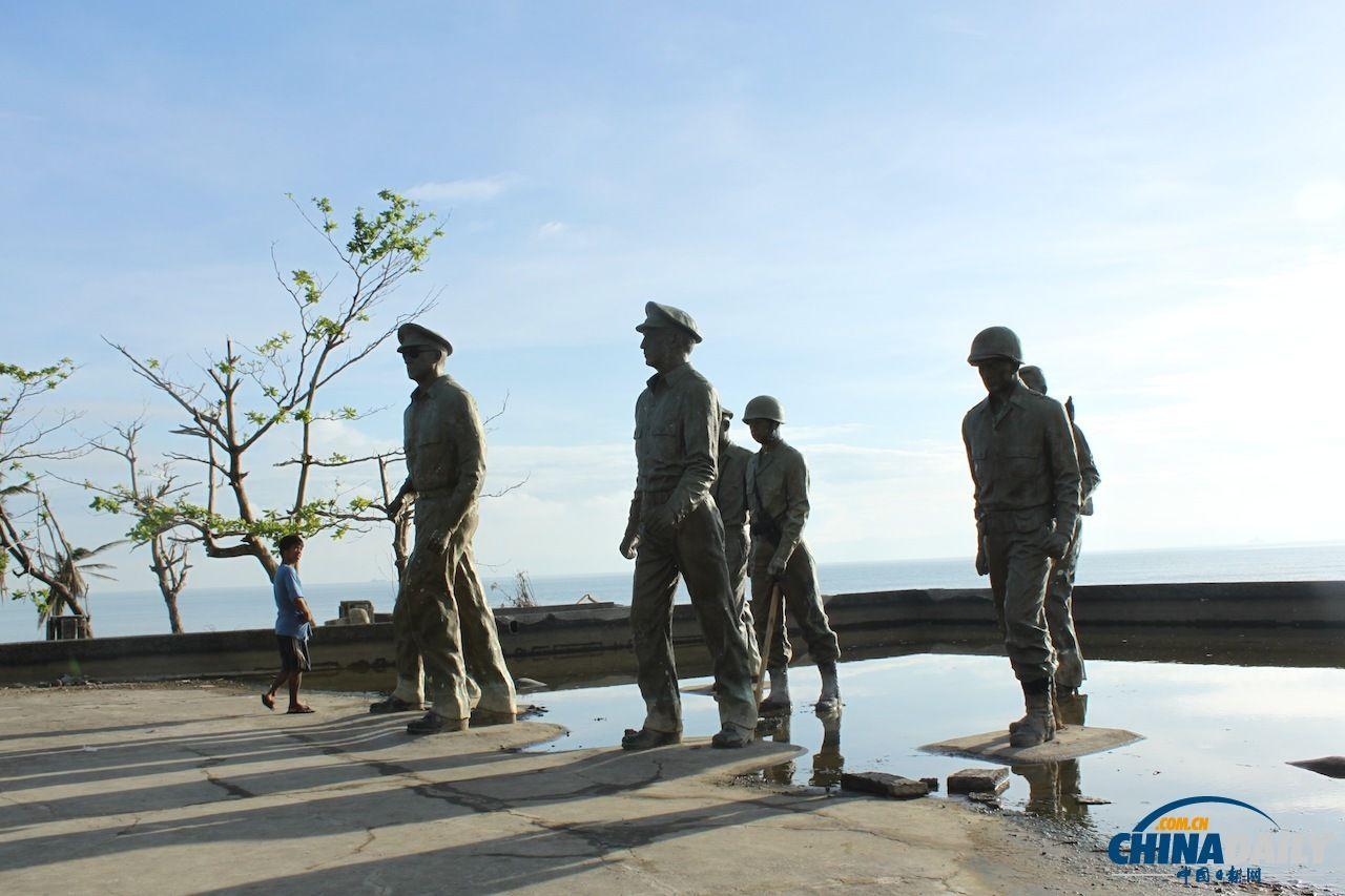 """距离和平方舟陆上临时医院最近的海滩上是当地的""""麦克阿瑟公园"""",纪念1944年麦克阿瑟将军带领美军在此登陆菲律宾。图中的塑像在台风后一度倒塌,但是很快就被修复了src=""""http://y3.ifengimg.com/news_spider/dci_2013/12/9f96008c20c06964fa97fd5e0e7e8723.jpg"""""""