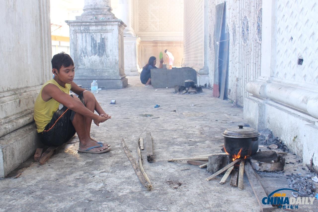 """没有煤气没有电,做饭回到了烧柴火的时代,因为柴火不多,不少人吃上热饭就不容易了,很多人喝不上开水。随便说一句,图中的锅里煮着的是南瓜和一种记者不认识的豆子src=""""http://y3.ifengimg.com/news_spider/dci_2013/12/da876ea86d0fbe1c2fd83ab1c4563694.jpg"""""""