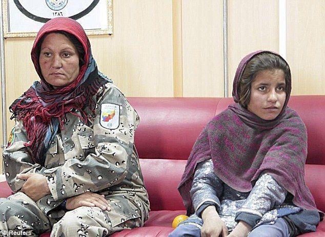 被捕的小女孩 右 坐在一名警察旁边 英国媒体