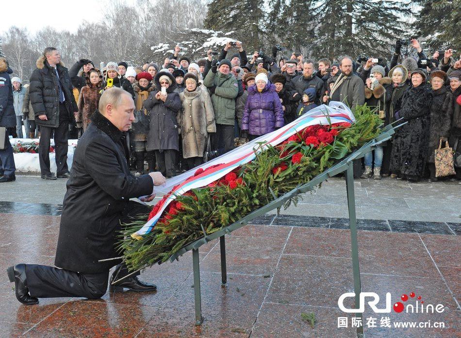当地时间2014年1月27日,俄罗斯圣彼得堡,普京于皮斯卡列夫公墓前献花,纪念列宁格勒保卫战胜利70周年。图片来源:Mikhail Klimentyev/东方IC
