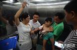 这个一打针就哭的孩子名叫叶长松,暑假在家玩耍的他不慎打翻了一个三层玻璃柜子。碎玻璃扎破了他的手臂,鲜血染红半条裤子。