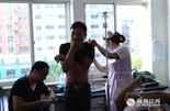 相比前一天的这些意外,还有一些患者的伤势更让人忧心。来自南昌县小兰乡的几名割伤患者正在接受治疗,医生说这是被鱼叉刺伤的。