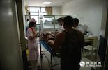 下午,120送来一名永修患者。他的整个手掌被炸药炸飞,家属对医生说,这是玩爆竹时发生的意外。