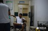 午夜时分,坐在急诊的室医生听到大厅一对夫妻在争吵,受伤的丈夫情绪激动,强行从椅子上蹦起,这使得他还没有止血的脚继续流血。
