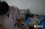 今年7岁的尹君浩来自吉安,不小心在南昌上海路附近被一辆货车撞倒,送到医院的已经是晚上八点。他的两根脚趾粉碎性骨折,从死神手里逃脱的尹君浩从进医院开始就很坚强,没有吭一声,却一直皱着眉头。