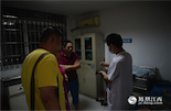 尹君浩的主治医生正在和家属还有肇事司机(黄衣者)进行沟通,初步判定需要进行手术。
