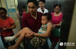 在确认了手术方案之后,尹君浩的姑爷和姑姑把他送到手术室外,倔强的小君浩还坚持不坐轮椅,让姑爷抱着他。